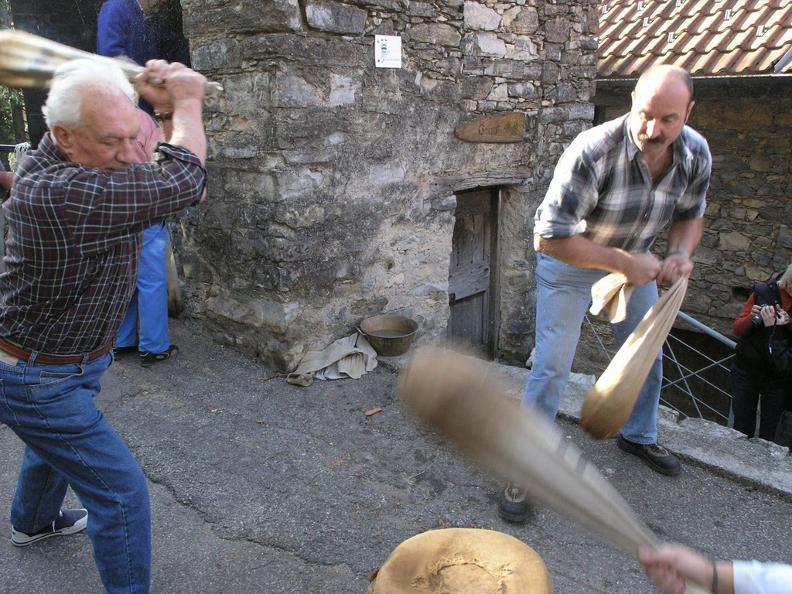 Image 2 - Festa della battitura delle castagne