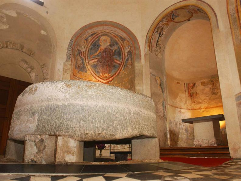 Image 0 - Baptistère de Riva San Vitale