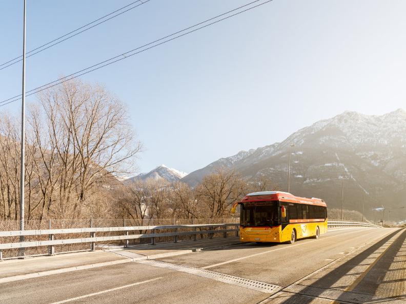 Image 5 - Mobile sur la route avec le car postal