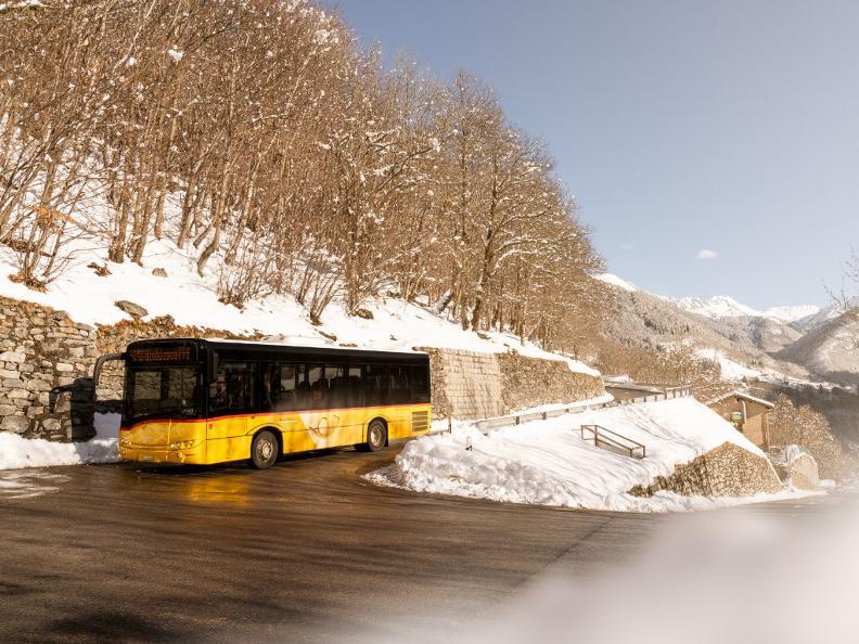 Image 2 - Mobile sur la route avec le car postal