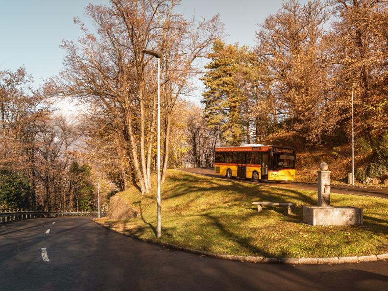 Image 1 - Mobile sur la route avec le car postal