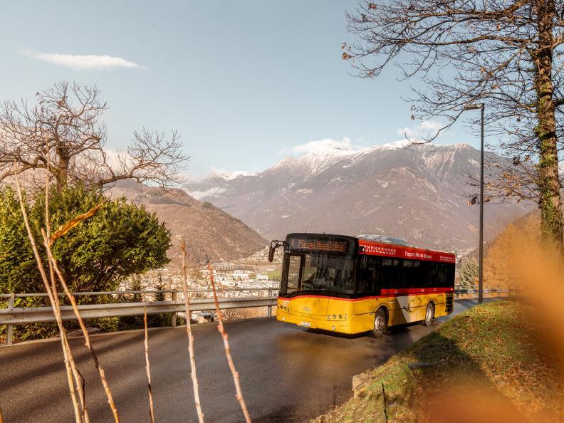 Image 7 - Mobile sur la route avec le car postal